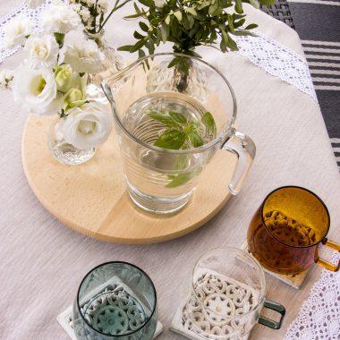 Pastelowe obrusy i inne naturalne tkaniny, czyli idealny dodatek do subtelnych i romantycznych wnętrz w stylu prowansalskim.